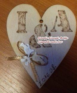 Egyedi, saját készítésű köszönőajándék - díszített, gravírozott szív  Rendeld meg egyedi esküvői köszönőajándékodat! Az Általad választott neveket és dátumot, kérlek a megrendelés lezárása előtt írd a megjegyzés rovatba!  10*8 cm