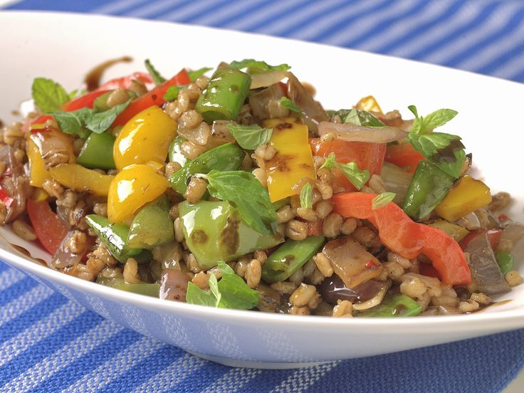 Byggryn og grønnsaker i en herlig wokblanding. Sunn og billig middag eller kveldsrett som lages og serveres i samme panne.