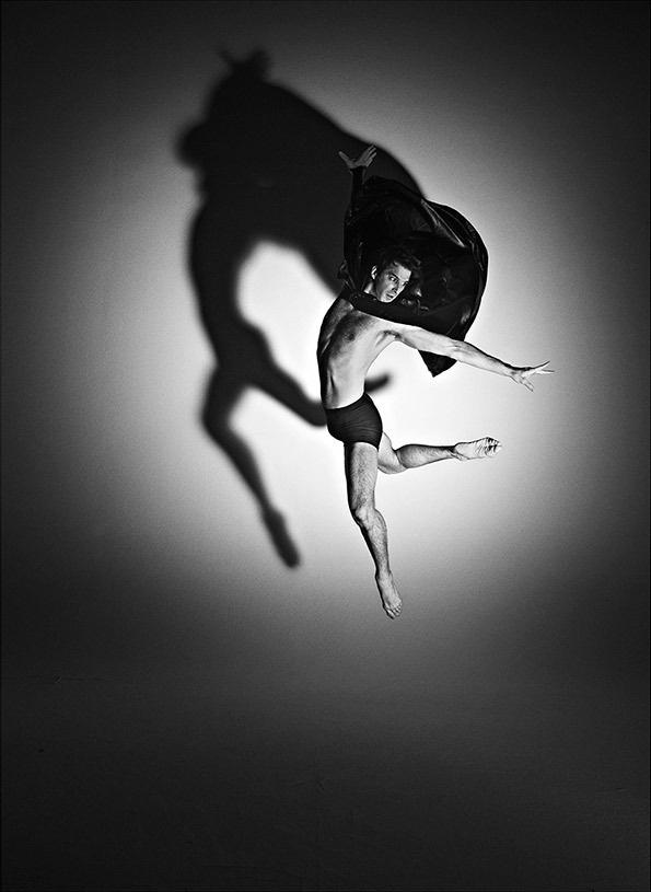 """Ao longo dos dois últimos anos Rick Guest - fotógrafo de renome internacional habituado a capturar os corpos musculados dos atletas de alta competição - compilou uma série de fotografias de bailarinos da Royall Opera House que vão ser expostas no final do mês de Janeiro no Hospital Club de Londres.  A série de retratos a preto e branco intitulada """"Now Is All There Is - Bodies in Motion"""" capta a expressão e a anatomia dos corpos em movimento unindo a fotografia à moda e à dança."""