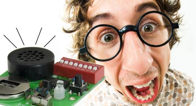 Nervzwerg - Der Nervzwerg treibt jeden, der ihm zum Opfer fällt, fast unweigerlich in den Wahnsinn! in unregelmäßigen Abständen zwischen 30 Sek. und 2 Min. gibt der Nervzwerg verschiedene Töne von sich (Piepton, Katzenmiau, Hundegebell, Grillenzirpen, ein Furzgeräusch oder ein gehässiges Lachen), die entweder fest eingestellt oder per Zufallsgenerator kombiniert werden können. Die Lautstärke lässt sich in 4 Stufen einstellen. Außerdem verfügt der Nervzwerg über einen zuschaltbaren…