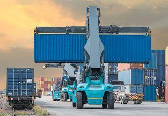 """Usługi multimodalne to nowoczesne rozwiązanie, które pozwala stosować różne rodzaje transportu w celu zoptymalizowanego dostarczania przesyłek. W tym celu wykorzystuje się funkcjonalności oferowane przez: • transport samochodowy, • transport morski, • transport kolejowy.  Mogą one bez ograniczeń realizować transport o charakterze międzynarodowym i międzykontynentalnym, uwzględniając jednocześnie usługę przewożenia towarów """"od drzwi do drzwi""""."""