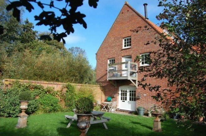Burnham Overy Staithe 3 bed semi National Trust property for £695 with beautiful views and enclosed garden