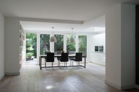 Witte keuken in aanbouw. White wash eiken vloer. Woonkeuken idee.