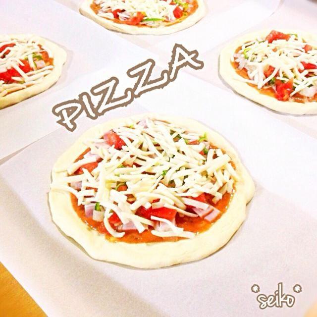 今日のお昼は簡単ピザ  生地とソース  両方とも超カンタン✨だよ〜(´艸`)*  生地はクリスピータイプで 5分あれば作れるよ♪  ソースも材料を混ぜるだけ。笑  是非ぜひ 作ってみて〜✨  あぁ、早く焼けないかなぁ( ´͈ ॢꇴ `͈ॢ)・*♡ - 111件のもぐもぐ - 今日のお昼は超簡単✨発酵なしの お手軽ピザ by *seiko*
