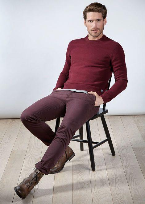 Edel in Bordeaux - Smarter Mens-Style in Bordeaux. Spürbare Qualität in neuer Trendfarbe. Feingestrickter Pullover aus Cotton-Slub und schmale Chinos aus gemütlichem Comfort-Stretch. Abgestimmt mit braunen Leder-Boots. Minimaler Bruch: Graues T-Shirt. (Gesamtpreis: € 419,60) | Marc O'Polo