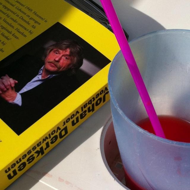 Voetbal en drinken: mannen kunnen best twee dingen tegelijk.