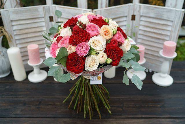 Большой круглый букет из 51 пионовидной розы в крафте  Большой круглый букет из 51 пионовидной розы - красных, розовых и кремовых роз Пиано, Мария Тереза и Гравити, ароматных белых садовых роз Вайт О'Хара, бордовых садовых роз Вонтед и нежно-розовых кустовых роз Пашмина Саммер с эвкалиптом, упакованных в крафт-бумагу, перевязанный атласной лентой и кружевом  https://nflo.ru/catalog/rflowers/008262/  #nflo #флорист #florist #букет #bouquet #роза #rose #БукетРоз #51роза #51roses #ВайтОХара…