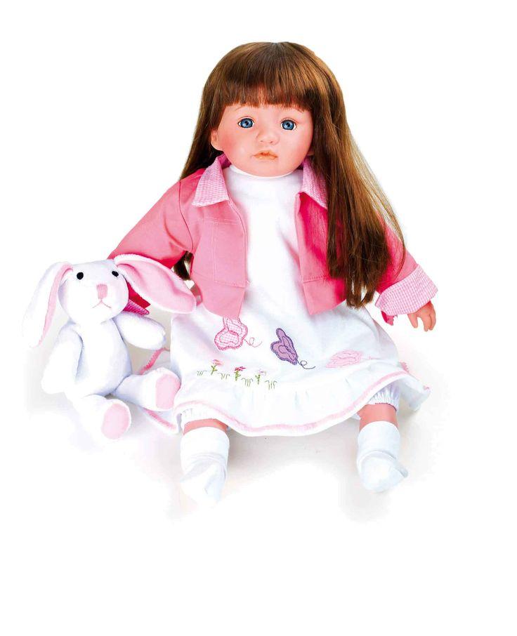 Een beeldschone pop met natuurbruine haren. Ze is netjes gekleed een heeft haar haasje altijd bij zich. De kleding is van fijne materialen vervaardigd en kan altijd aan- en uitgedaan worden. Een lieve vriendin voor alle kleine en groten poppenliefhebber.