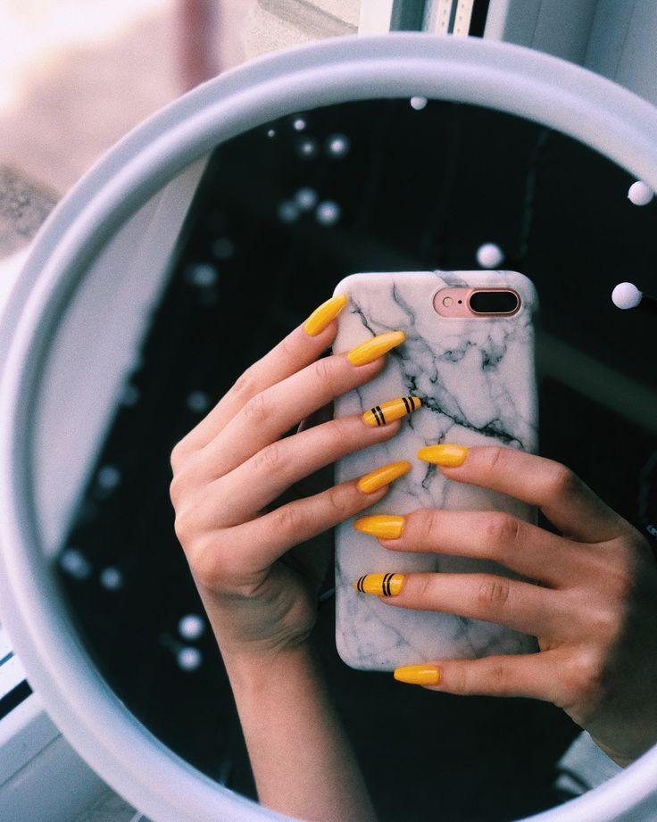 Gelbe Nägel mit schwarzen Streifen – Pinterest Catherine