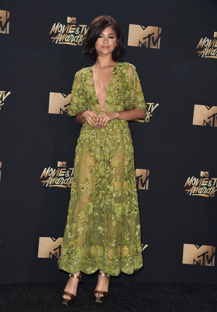 De los MTV Movie Awards: Zendaya. Con un vestido de encaje y lentejuelas en ver de Zuhair Murad Alta Costura otoño 2016.