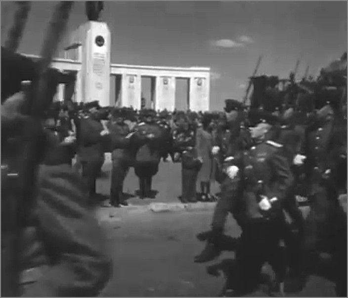 Различные военные подразделения союзнических стран маршируют на параде. Берлин, Германия, 8 мая 1946 года. фото1