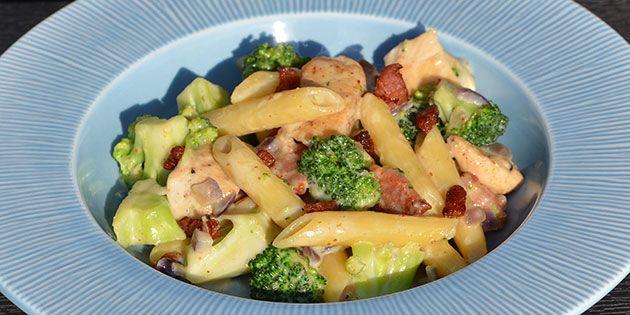 Pastaret med kylling, bacon og broccoli