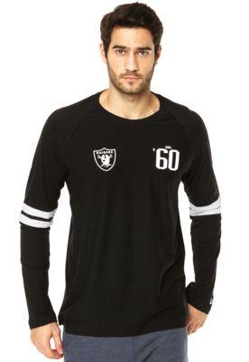 Camiseta New Era NFL Raglan Oakland Raiders preta com padronagem em listras ao longo de toda superfície com símbolo da equipe de futebol americano Oakland Raiders na altura do tórax com detalhe de recorte em listras em cor contrastante nas mangas. Conta com mangas compridas e gola redonda. Camiseta New Era NFL Raglan Oakland Raiders é confeccionada em tecido que proporciona conforto e caimento.Ombro - Manga: 80cm/ Torax: 110cm/ Comprimento: 77cm Tamanho: M