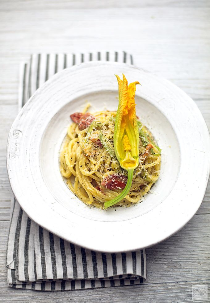 spaghetto quadrato cacio e pepe con pomodorini e fiori di zucca by www.pane-burro.blogspot.it