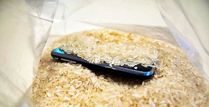 Telefonlar ıslandığında saç kurutma makinesiyle kurutmak yerine 48 saat süreyle pirinç dolu bir kabın içerisinde tutulmasını öneriliyor.