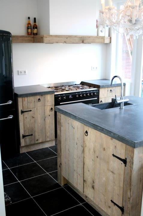 Steigerhouten keuken van www.houtzwagers.nl. Bello!, decisamente bello. Uno stile veramente essenziale; forse un po' difficile da mantenere nel tempo. Comunque bello.