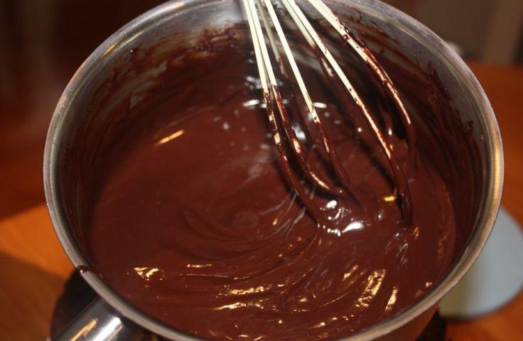 Minden sütemény ízletesebb, ha finom csokimázzal van bevonva! Könnyen elkészíthető és minden sütit fenségessé varázsol! Hozzávalók 20 dkg porcukor, 3 dkg vaj, 2 evőkanál lobogva forró víz, tetszés szerint kakaó, rum, citromlé. Elkész...
