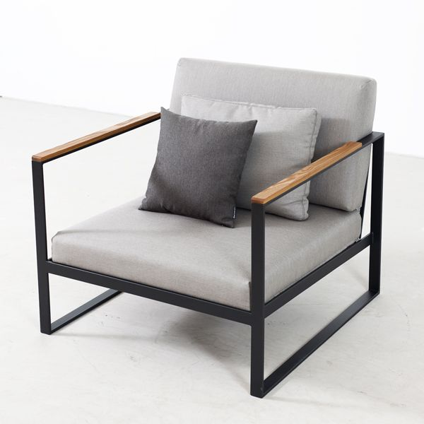 The comfortable lounge chair by Röshults is designed for outdoor use. Designed by Broberg & Ridderstråle, the exclusive Garden Easy products from Röshults are generous in size.