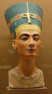 Escultura de busto materiales usados arcilla , color marron ,textura lisa y acabado brillante,Busto de Nefertiti (1345 a.c) escultura egipcia