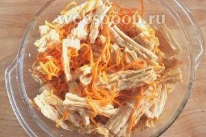 Добавьте к моркови, острый соус, кориандр, гранулированный чеснок, залейте всё это кипящим маслом и перемешайте. Я использовала очень острый соус из перца хабанеро, если брать более нежные вариант, то рекомендую добавить по-больше.  Теперь отправьте закуску в холодильник минимум на 8 часов для маринования, за это время спаржа впитает все вкусы. Можно периодически перемешивать.