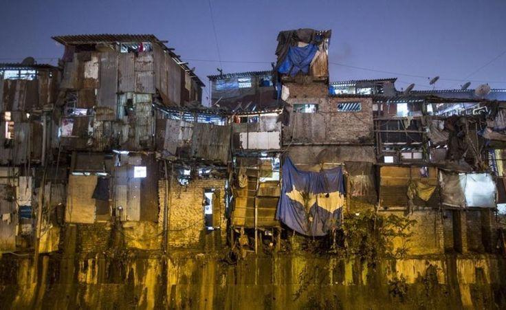 Le bidonville de Dharavi, celui que l'on peut voir dans le film 'Slumdog Millionaire', est le plus grand en Asie. Prix au mètre carré : environ 0,04 euros. Pour un appartement de 9,29m², le loyer varie entre 0,37 euros et 0,46 euros. Près d'un million de personnes vivent entassées sur plus de 200 hectares à Dharavi.