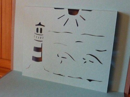 Pour prolonger les vacances bretonnes de Véro Bis, j'ai maginé ce modèle de carte marine en kirigami Le soleil brille sur la mer démontée par de grandes vagues ... au pied d'un majestueux phare qui domine l'horizon... Sur le retour de la feuille, où pourrait...
