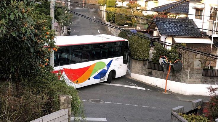 狭い住宅街に迷い込んだ?観光バスがギリギリバックするシーンその1