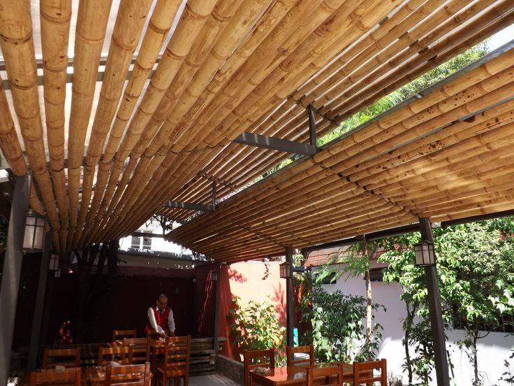 Cielo ornamental realizado con panel rígido con varas de bambú guadua abiertas a media caña, permitiendo una gran entrada de luz y aire, al espacio del cobertizo.