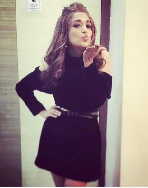 Singer Monali Thakur Shuts Down Troll Who Commented On Her Short Dress (शॉर्ट स्कर्ट के कमेंट पर मोनाली ठाकुर का करारा जवाब, कहा सामने मत आना) #monalithakur #singer #troll #trending #socialmedia #instagram #shortdress #fashion #trend