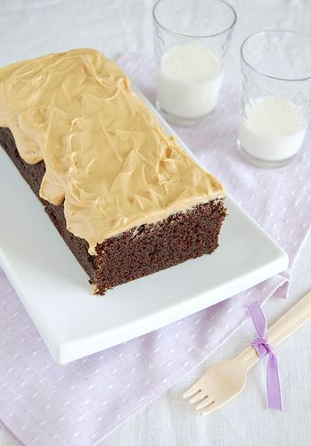 Chocolate stout cake with peanut butter frosting / Bolo de cerveja stout e chocolate com cobertura de manteiga de amendoim