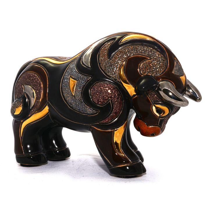#Toro Negro esculpido y pintado a mano, con acabados de #oro de 18 Kt y #platino. Un #regalo perfecto! #Escultura de www.ekleipsis.com