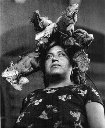 Graciela Iturbide: Fotografa Mexicana que toma fotos oaxaqueñas para ser específicos de eventos como nuestra señora de las Iguanas