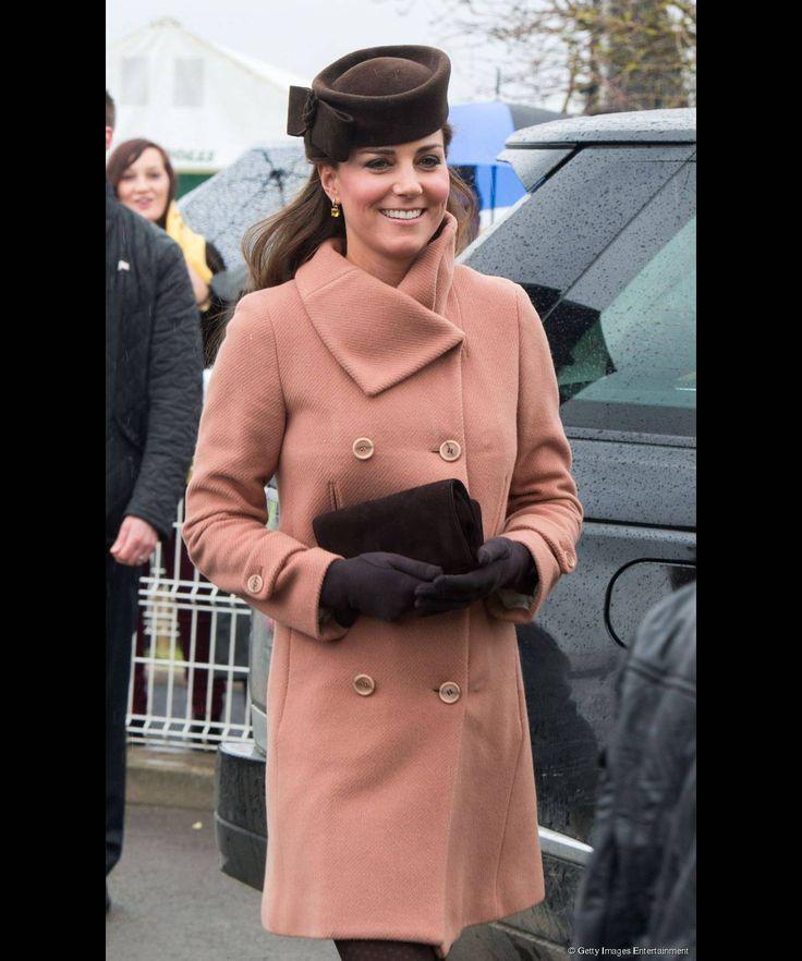 Un cappotto premaman rosa doppiopetto per Kate Middleton alle corse dei cavalli a Cheltenham, il 15 marzo 2013.