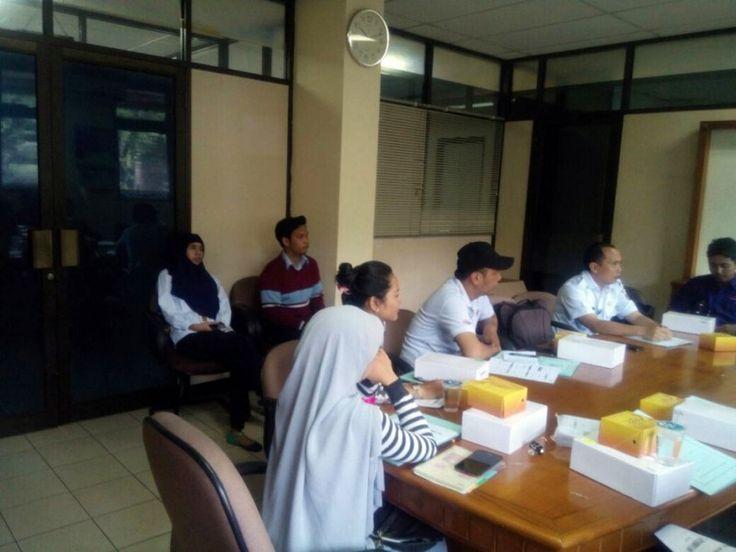 Petugas UPPD Tebet berkoordinasi dengan Suku Dinas Pelayanan Pajak Jakarta Selatan sedang menjelaskan tata cara penggunaan alat e-POS kepada wajib pajak