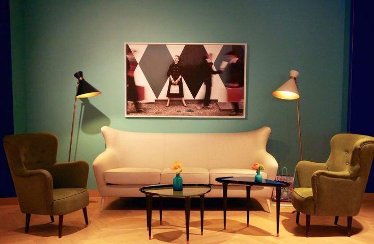 Au 34 rue de Buci dans le 6ème arrondissement de Paris à Saint-Germain-des-Prés hôtel Artus ambiance fifties. salon style années 50 mur bleu canard et bleu turquoise canapé beige crème lampadaire Tom Dixon décoration intérieur