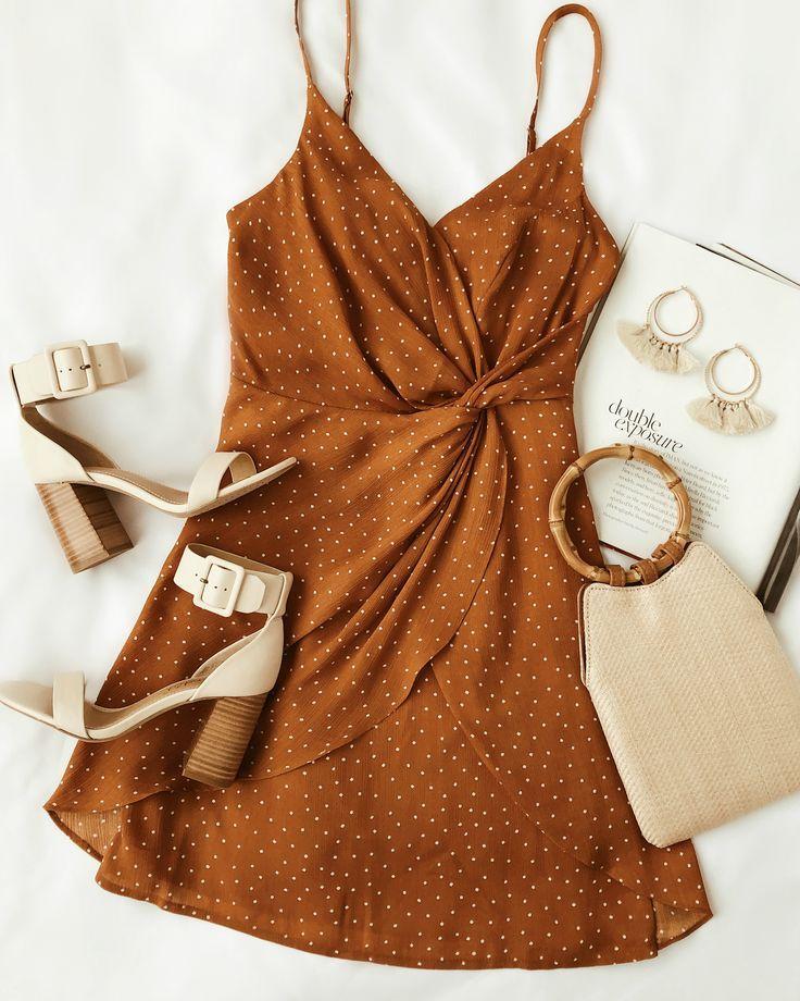 Ein rostorange gepunktetes Wickelkleid ist in diesem Frühling ein Muss. Dieses kurze Kleid hat eine