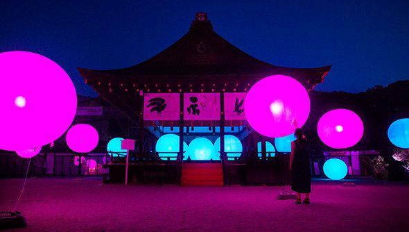 チームラボが、下鴨神社(日本/京都)にて行われる、「下鴨神社 糺の森の光の祭(しもがもじんじゃ ただすのもりのひかりのまつり)」で、世界遺産の糺(ただす)の森の参道が光のアート空間になる作品「呼応する木々 – 下鴨神社 糺の森」と、「呼応する球体 - 下鴨神社 糺の森」を展示。期間は2016年8月17日(火)~8月31日(水)まで。