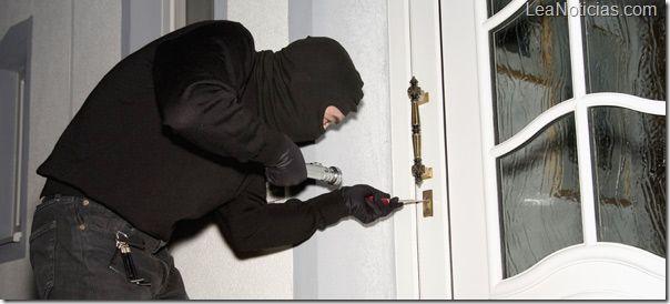 """Lo arrestan por mandar mensaje de texto: """"Te lo he dicho veinte veces, no me llames cuando estoy robando"""" - http://www.leanoticias.com/2012/12/28/lo-arrestan-por-mandar-mensaje-de-texto-te-lo-he-dicho-veinte-veces-no-me-llames-cuando-estoy-robando/"""