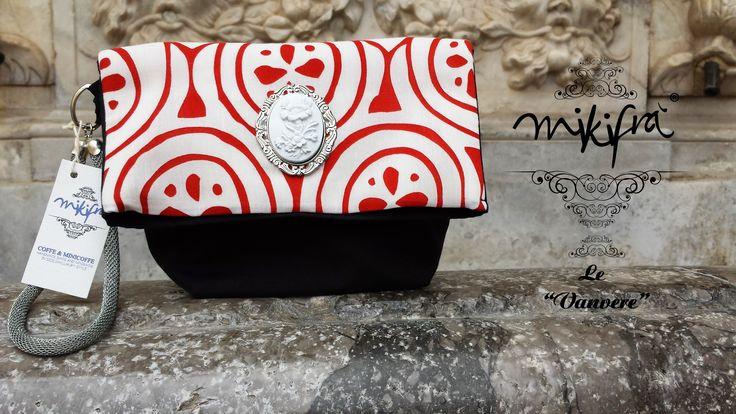 Pochette, Le Vanvere di Mikifrà. Huga: Mini Bag in cotone nero e bianco/rosso. Gioiello centrale con cammeo. Manichetto in maglia metallica.