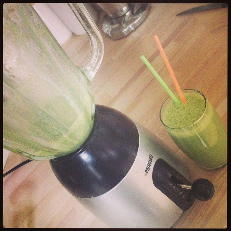Groene smoothie, spinazie, lowfat yoghurt, lijnzaad, blauwebessen/frambozen, 2 sinaasappels en een banaan..! Goodmorning;)