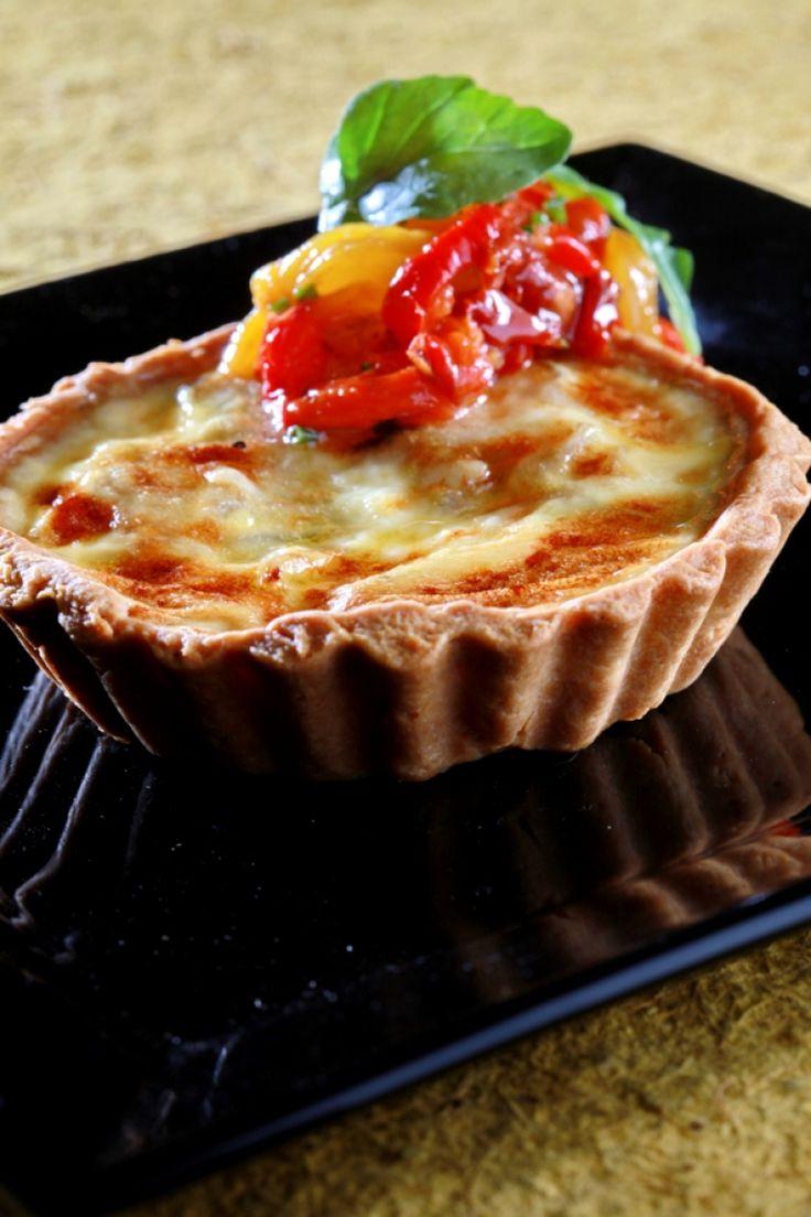 Τάρτα με κατσικίσιο τυρί, καραμελωμένα κρεμμύδια και σαλάτα από ψητές πιπεριές