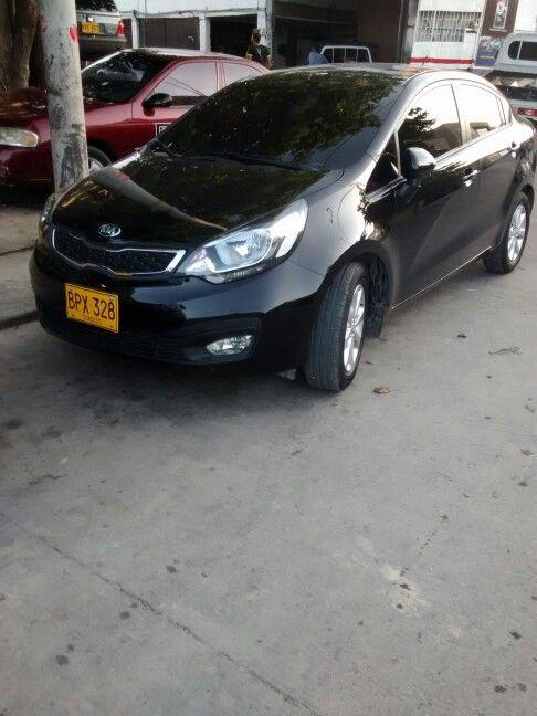 Kia Rio Sedan. Cojineria en cuero basica, color negra costuras blancas y logotipo kia.