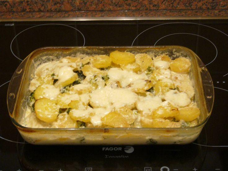 Uvařené brambory nakrájíme na plátky. Zapékací misku vymažeme máslem,pokládáme plátky brambor.Na ně dáme uvařenou brokolici a vše posypeme...