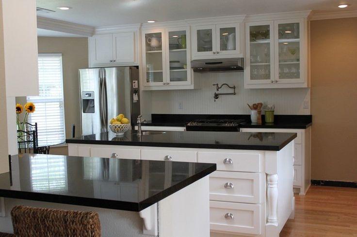cuisine blanche et noire avec plancher en parquet et frigo américain