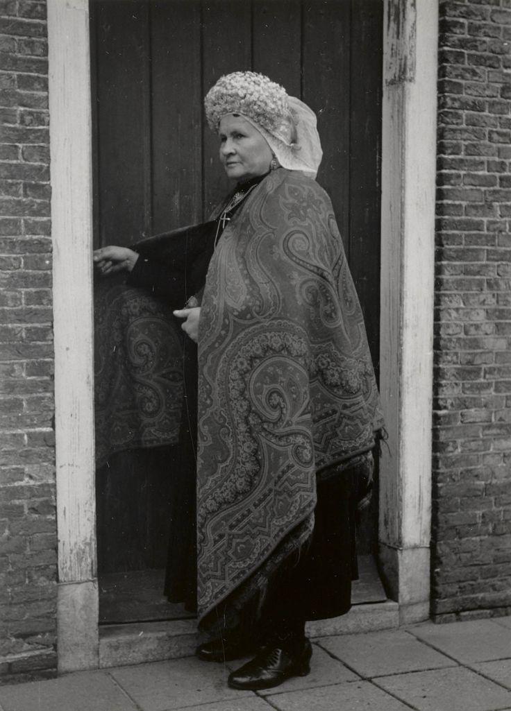 Vrouw in streekdracht uit Princenhage. Ze is gekleed in zondagse dracht, met 'volgewerkte doek' (omslagdoek). Over de 'dubbele muts' draagt ze een 'kroon', met kunstbloemetjes. 1950 #NoordBrabant #Breda
