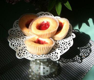 Lättlagade och underbara är dessa småkakor. Hallongrottor består av mördeg som smälter i munnen och ljuv hallonsylt. En klassisk kaka som fortfarande är lika populär.
