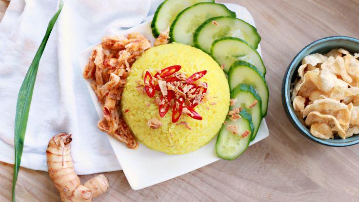 Nasi koening (of nasi kuning) staat voor feest! In Indonesië is het traditie dat deze gele, geurige rijst wordt gegeten bij speciale gelegenheden zoals bruiloften, de geboorte van een baby of verjaardagen. Nasi koening is geel omdat je er koenjit (kurkuma) aan toevoegt, wat symbool staat voor geluk omdat de kleur doet denken aan goud. …