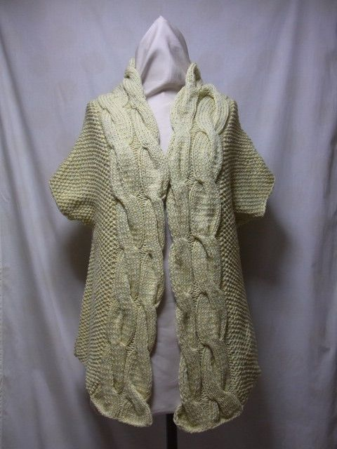 縄柄が印象的なカーディガンです。ジレのように、羽織るタイプ。編地は、さらっとしていて、見た目よりも春物っぽい風合いです。色はイエローの中に、淡いグリーンが混じ...|ハンドメイド、手作り、手仕事品の通販・販売・購入ならCreema。