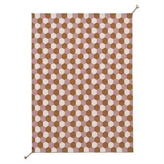 Sätt färg på vardagsrumsgolvet eller uteplatsen med Tiles matta från svensk Brita Sweden. Denna matta är tillverkad helt och hållet av återvunna PET-flaskor, producerad i Indien och har ett snyggt honeycomb-mönster i olika färger. Mattan har en generös storlek och är både slitstark och enkel att rengöra! Välj mellan olika färger.