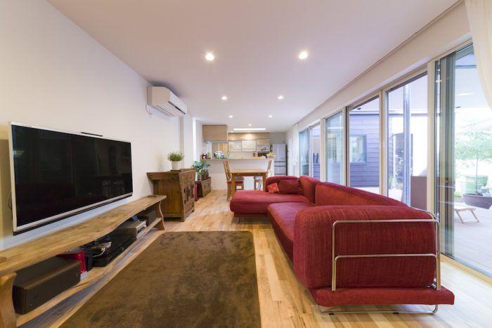 家具ありきで設計してもらったというリビング。大型の赤いソファは、ニューヨークで購入。